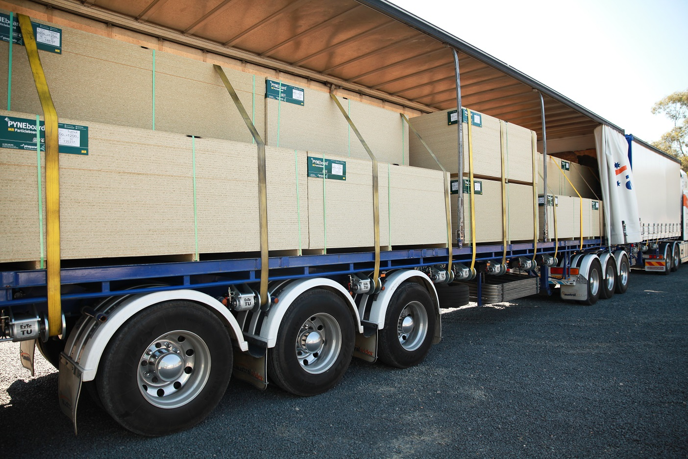 ExTe TU auto-tensioners or air operated load binders securing packs of timber board